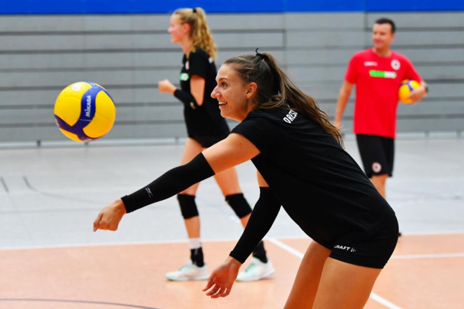 Die Bälle fliegen wieder im Training - das freut auch DSC-Ass Lena Stigrot und Coach Alexander Waibl (r.).