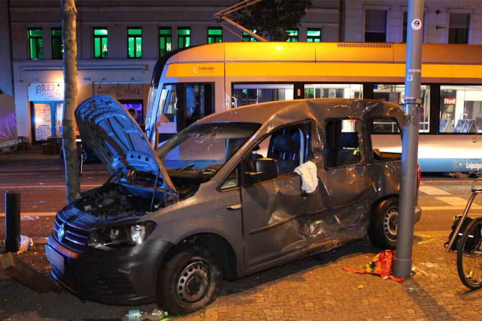 Durch den Zusammenstoß wurde das Auto gegen einen Baum geschleudert.