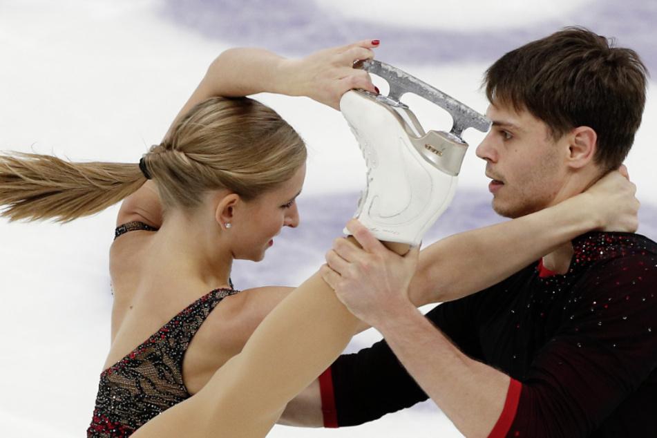Russland, Moskau: Eiskunstlauf: Grand Prix, Paare, Kür: Minerva-Fabienne Hase und Nolan Seegert aus Deutschland während ihrer Kür in Aktion. (Archivbild)