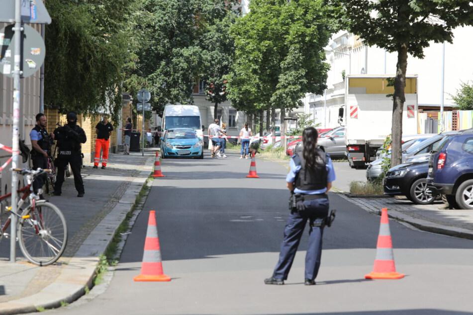 Die Straße musste für den Einsatz abgesperrt werden.