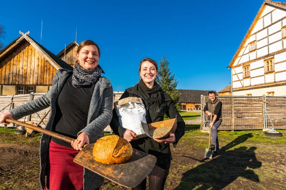 Marka Suchy (l.), Magdalena Schaffe und Tobias Zschieschick zeigen hier an Ort und Stelle symbolisch, welche Schritte bis zum fertigen Brot nötig sind.