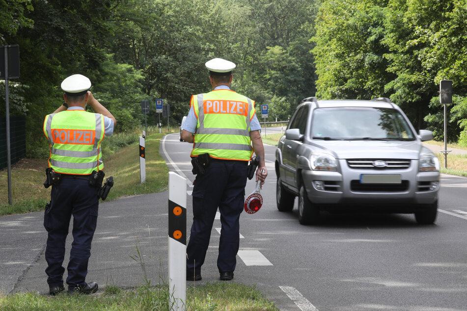 Zwei Polizisten bei einer Verkehrskontrolle. Gegen 7.45 Uhr waren die Beamten auf der Hansalinie A1 auf seinen Toyota aufmerksam geworden. (Archivbild)
