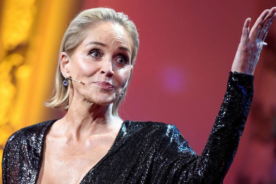 """Sharon Stone steht bei der Preisverleihung der """"GQ Men of the Year Awards 2019"""" auf der Bühne. Sie wurde in der Kategorie """"Frau des Jahres"""" ausgezeichnet."""