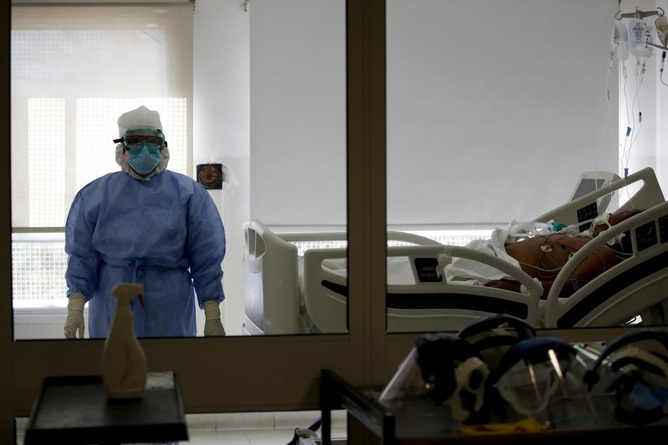 Buenos Aires: Dr. Adriana Coronel steht im Zimmer eines COVID-19-Patienten im Eurnekian-Ezeiza-Krankenhaus. In den vom Covid-19 meist betroffenen Regionen gelten bis zum 17.07. strikte Ausgangsbeschränkungen. In der Hauptstadt und dem Großraum Buenos Aires wurden die Beschränkungen bereits am 20.03. verhängt.
