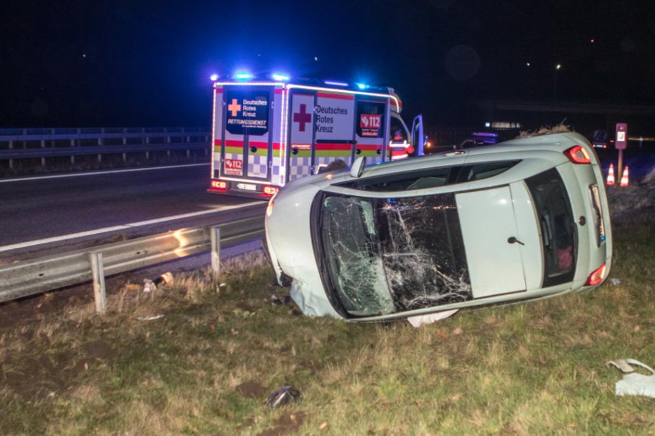 Auto überschlägt sich auf der Autobahn, Ersthelfer reagieren genau richtig