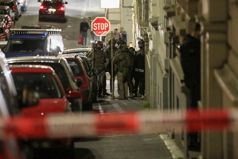 Das SEK war im Einsatz und konnte den 23-Jährigen am Abend festnehmen.