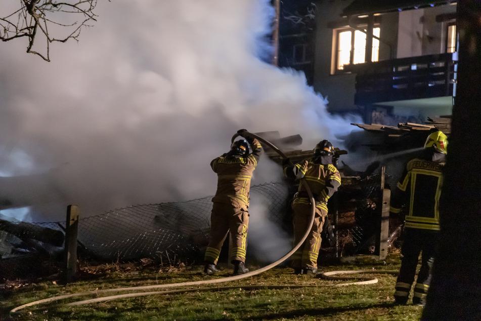 Brandstiftung? Holzstapel geht plötzlich in Flammen auf