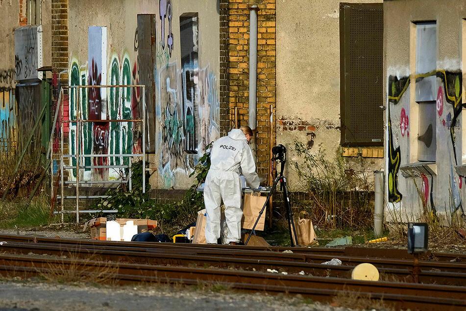 Eine Kriminalistin verpackt am Leichenfundort gesichertes Spurenmaterial in Tüten.