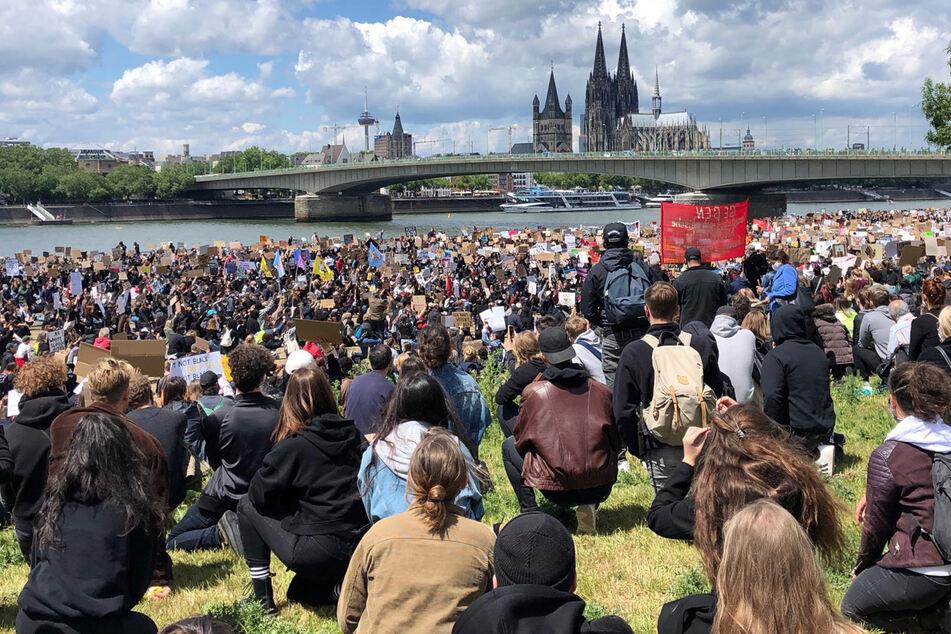 Nach Tod von George Floyd: Tausende bei Demos in Köln und Düsseldorf!