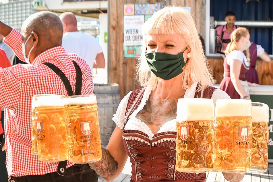 Beschluss des Bayerischen Verwaltungsgerichtshofs: Bedienungen müssen im Freien nicht unbeding eine Maske tragen. (Symbolbild)