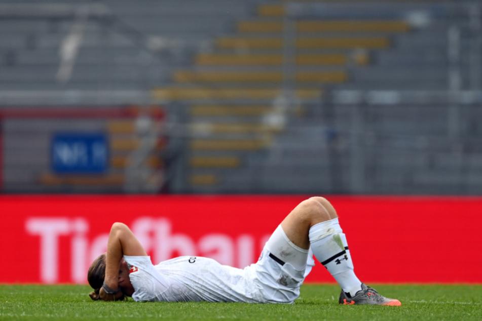 Daniel Buballa, der nach dem Abpfiff in Karlsruhe auf dem Platz liegt, muss verletzungsbedingt pausieren.