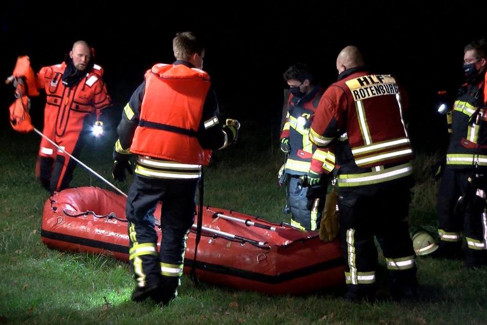 Feuerwehrleute sind mit einem Boot im Einsatz.