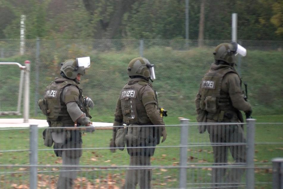 SEK-Beamte am Dienstagnachmittag. Das Einsatzkommando brach die Wohnungstür auf, nahm den Mann fest.
