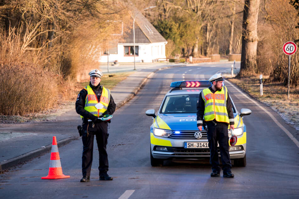 Polizisten haben Straße um den betroffenen Betrieb gesperrt.
