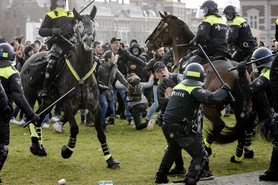 Regierungskritische Demonstranten geraten bei einer Kundgebung am Museumsplatz in Amsterdam mit Polizisten aneinander.