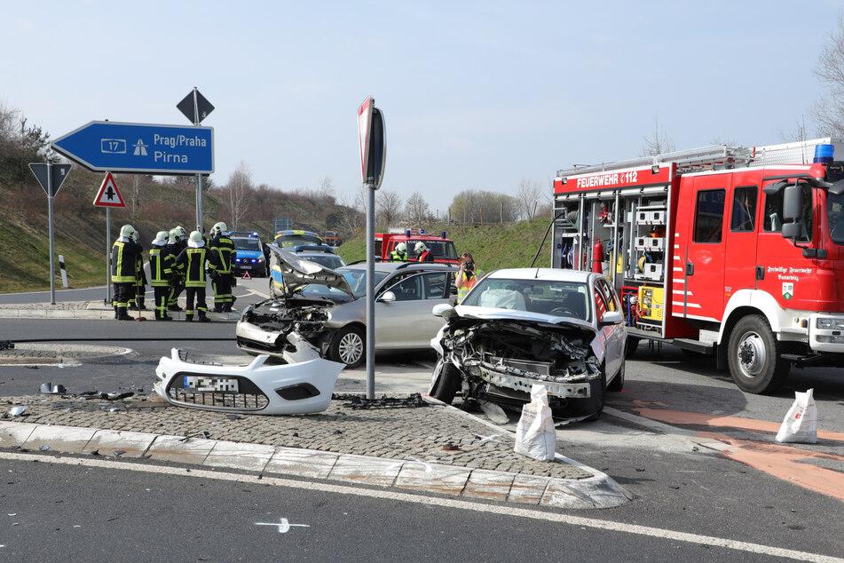Die Feuerwehr und die Polizei sicherten den Unfallort.