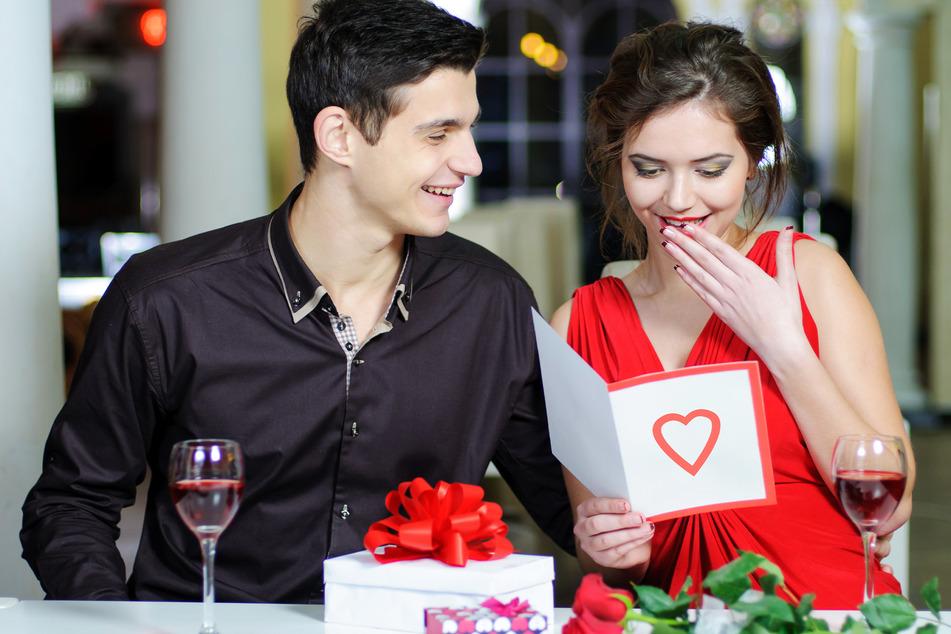Verliebte können sich am Valentinstag auch zu Hause mit kleinen Aufmerksamkeiten überraschen.