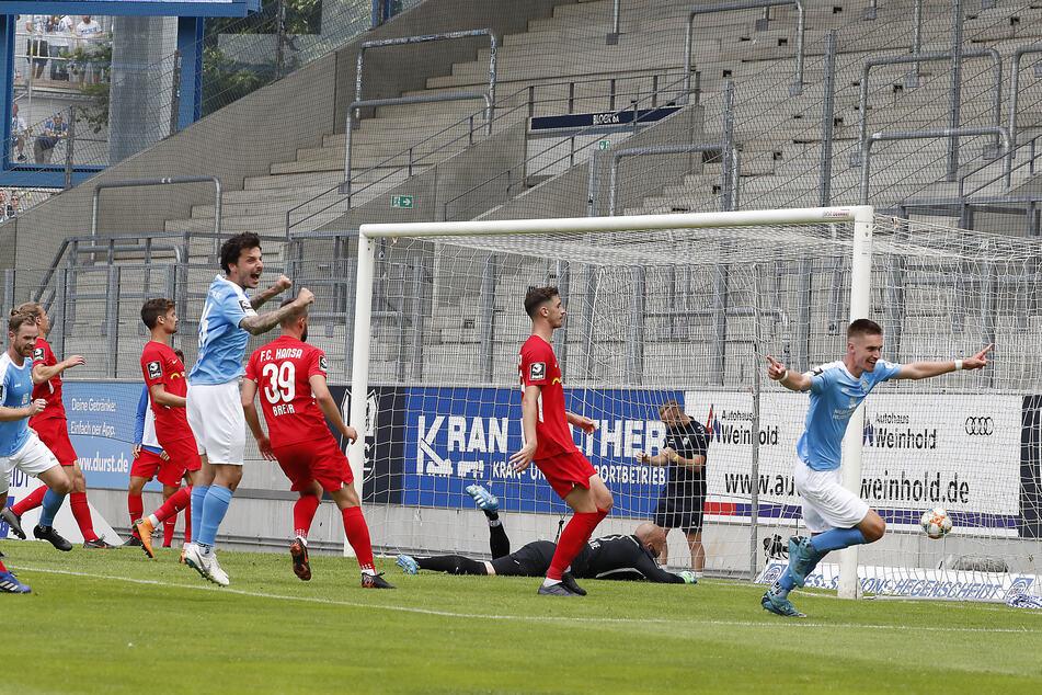 Sören Reddemann (r.) bejubelt seinen letzten Treffer für den Chemnitzer FC. Dieser bedeutete das zwischenzeitliche 2:1 für die Himmelblauen gegen den FC Hansa Rostock. Am Ende gab es zwar einen 4:2-Sieg, Reddemann & Co. stiegen dennoch in die Regionalliga ab.