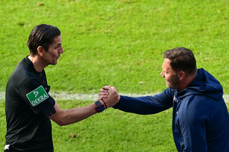 Herthas Trainer Pal Dardai (45, r.) und Schiedsrichter Deniz Aytekin (42) schütteln nach dem Spiel die Hand.