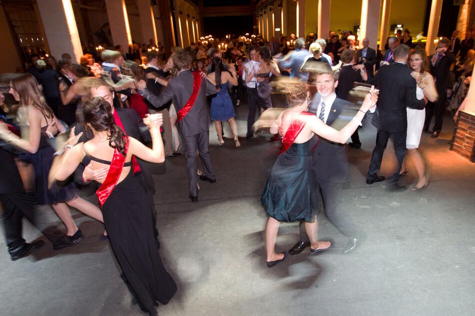 Abibälle mit schicken Anzügen, schönen Kleidern und Tanzeinlagen wird es dieses Jahr deutlich seltener in Sachsen geben. (Archivbild)