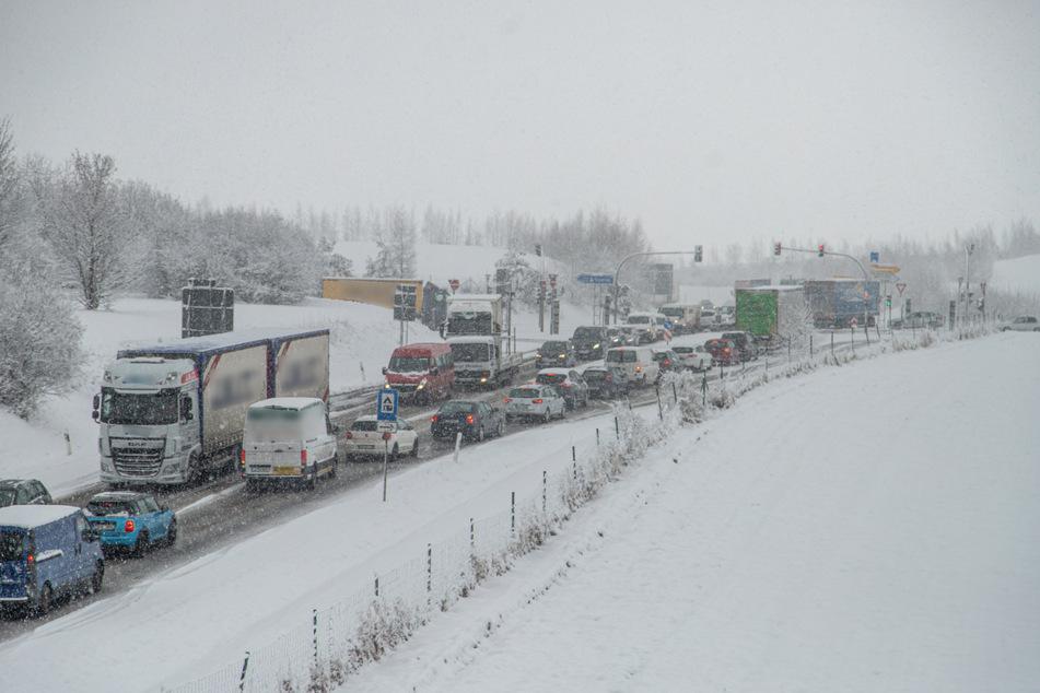 Auf den Straßen im Landkreis Zwickau war am Freitagvormittag vielerorts Geduld gefragt. Es kam aufgrund des Winterchaos zu mehreren Staus.