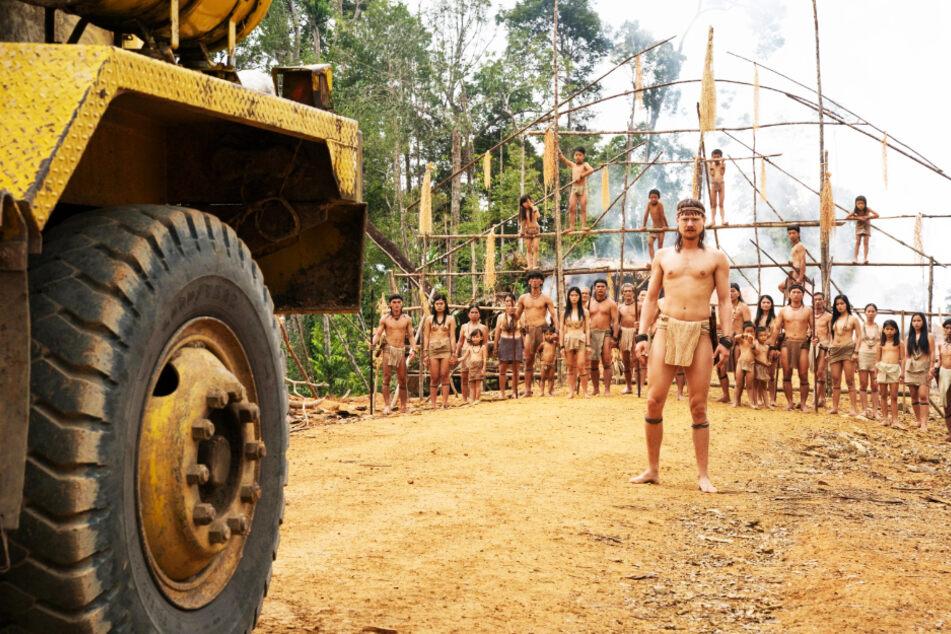 Bruno Manser (Sven Schelker) stellt sich einem riesigen Lastwagen der Holzfäller-Industrie mutig und mit der Straßenblockade der Penan im Rücken entgegen.