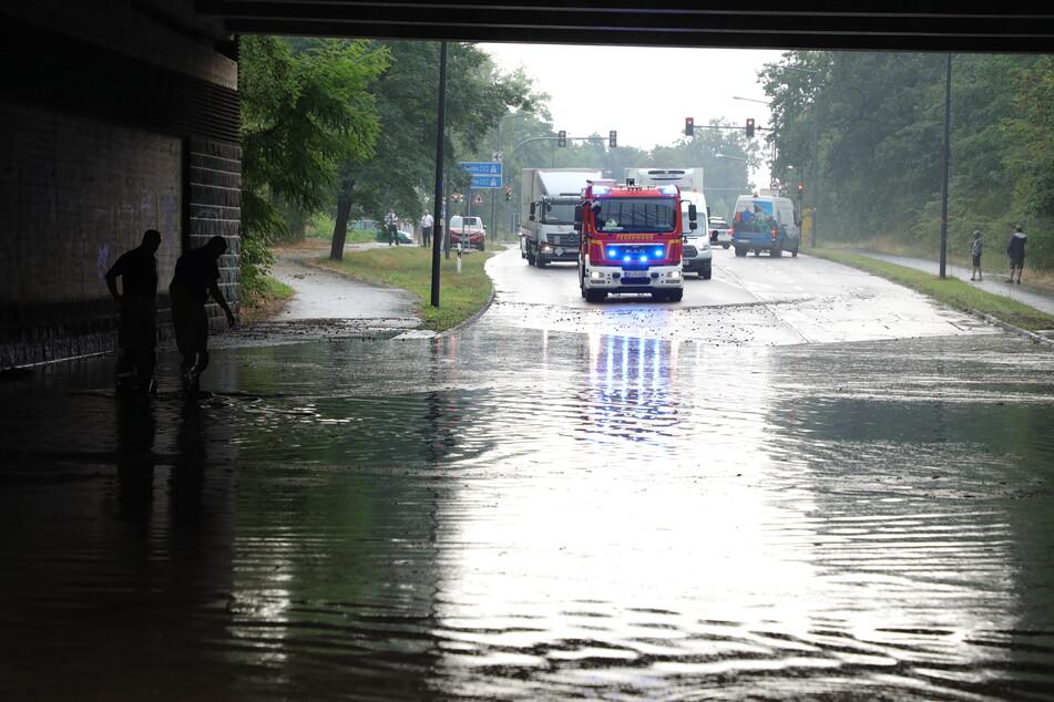 Die Unterführung unter der Autobahnbrücke an der Moritzburger Landstraße war gänzlich überschwemmt.