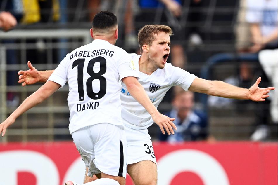 Wohin nur mit den Emotionen? Der SV Babelsberg 03 erlebte gegen die SpVgg Greuther Fürth eine Achterbahnfahrt der Gefühle, setzte sich am Ende nach Elfmeterschießen durch und feierte die Sensation ausgelassen.