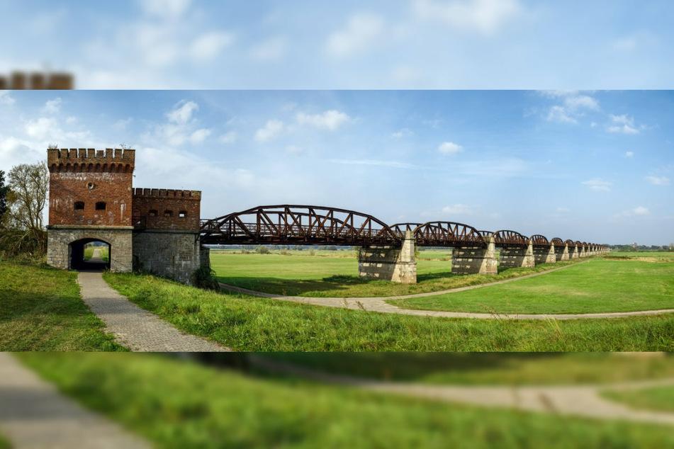 Die ehemalige Eisenbahnbrücke bei Dömitz ist ein beliebtes Fotomotiv.