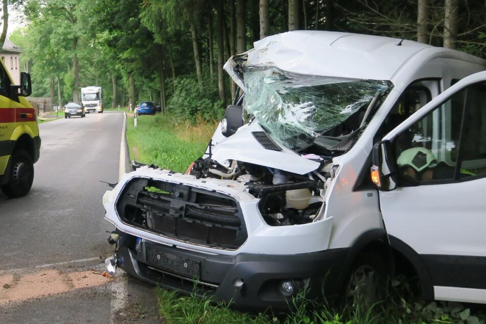 Der Transporter wurde bei dem Unfall vollkommen demoliert. Die Fahrerin kam verletzt ins Krankenhaus.