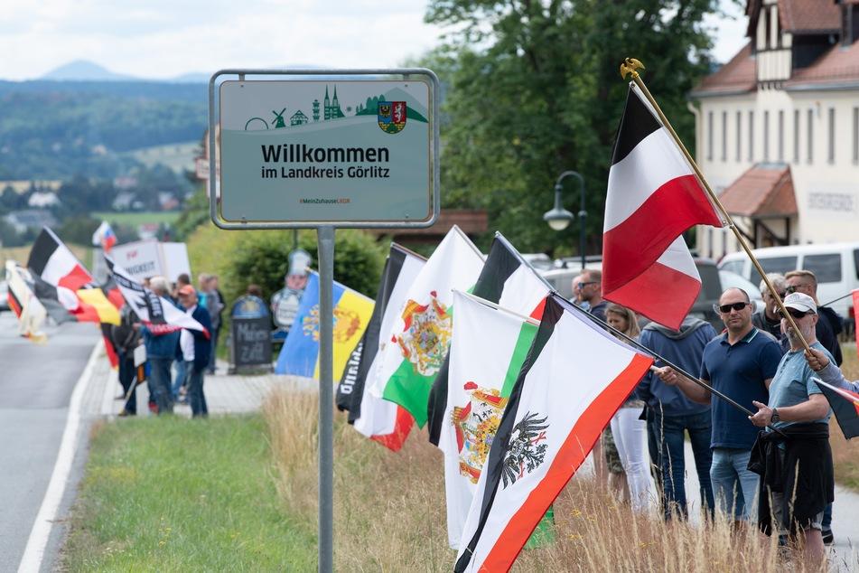 Die Proteste auf der B 96 richten sich gegen Überregulierung des Staates zu Coronazeiten. Auch schwarz-weiß-rote Reichsfahnen sind entlang der Bundesstraße zu sehen.