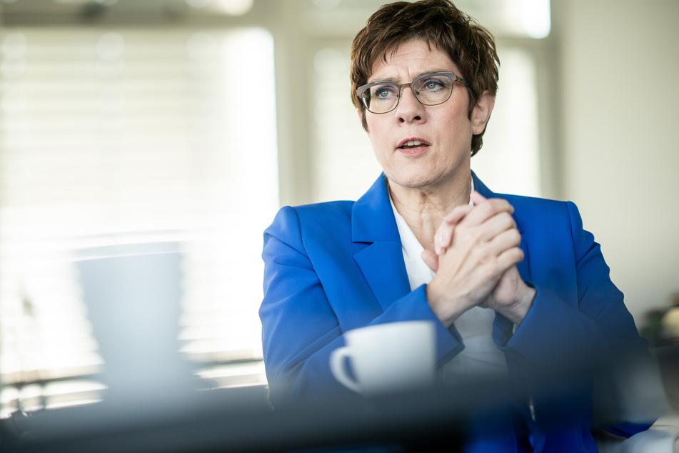 Annegret Kramp-Karrenbauer (57, CDU) spricht sich für bundesländerübergreifende Lockerungen aus.