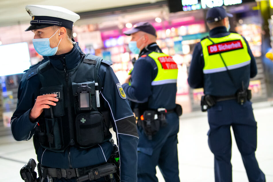 Sicherheitsmitarbeiter der Deutsche Bahn kontrollieren zusammen mit Polizisten am Münchner Hauptbahnhof.