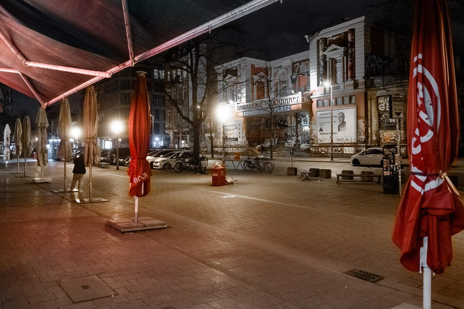 Der Bürgersteig vor den Restaurants am Schulterblatt ist am Abend menschenleer.