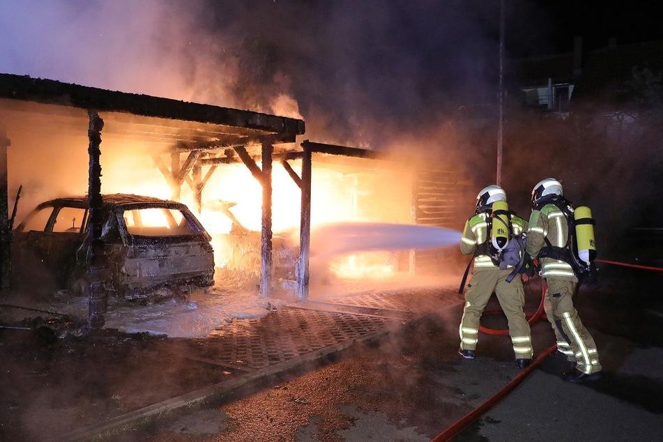 Mit Wasser und Schaum versuchten die Feuerwehrmänner, den Brand zu stoppen.