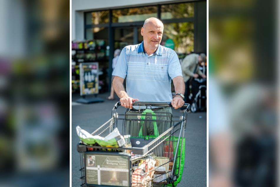 Rentner Reinhard Kutsche (65) besorgt sich seine Waren lieber persönlich im Supermarkt.