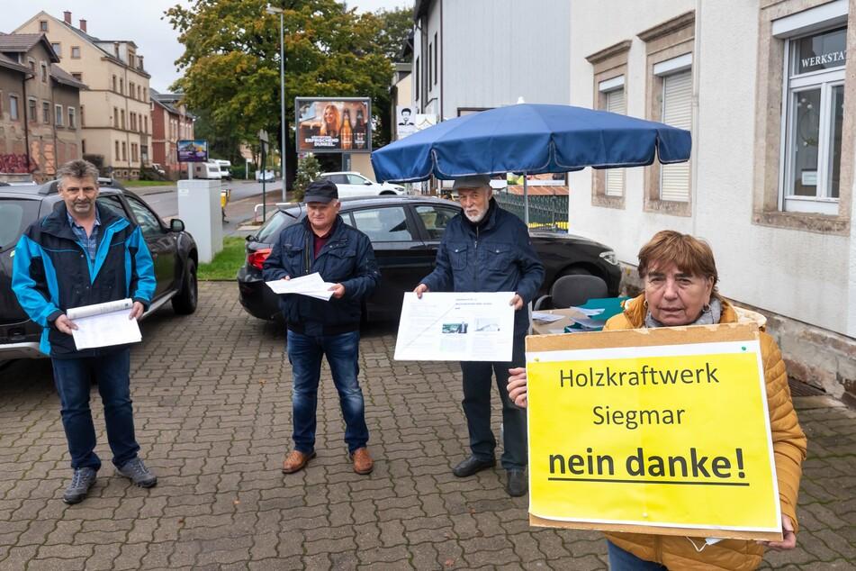 """""""Holzheizkraftwerk Siegmar: nein danke""""! Uwe Scharschmidt (57), Florian Ziesch (71), Gerd Rehm (75), Käthe Edelmann (80,v.l.) protestieren gegen das geplante Kraftwerk."""