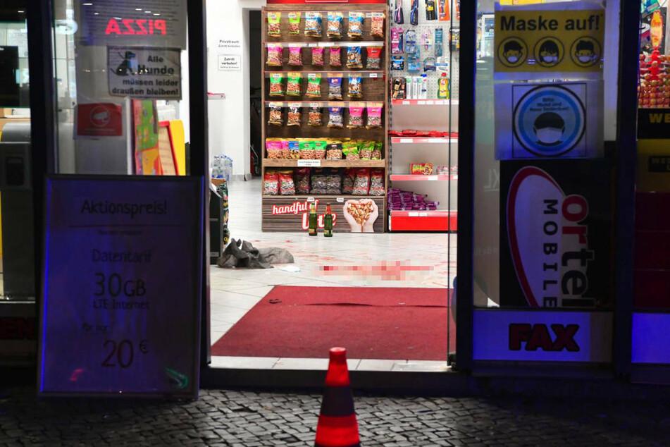 Im Ladenraum des Spätkaufs ist eine große Blutlache auf dem Boden zu sehen.