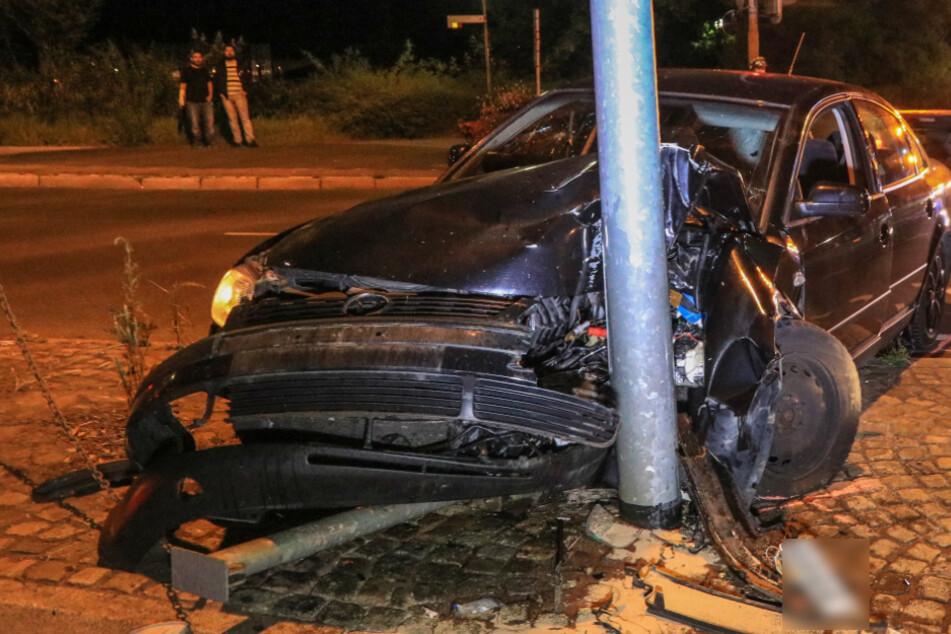 VW kracht frontal gegen Straßenlaterne: Drei Personen verletzt
