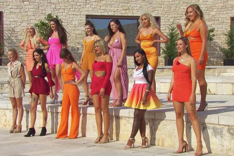 Die vergebenen Männer werden mit zwölf Verführerinnen zusammen in eine Villa gesteckt - ohne ihre Partnerinnen.