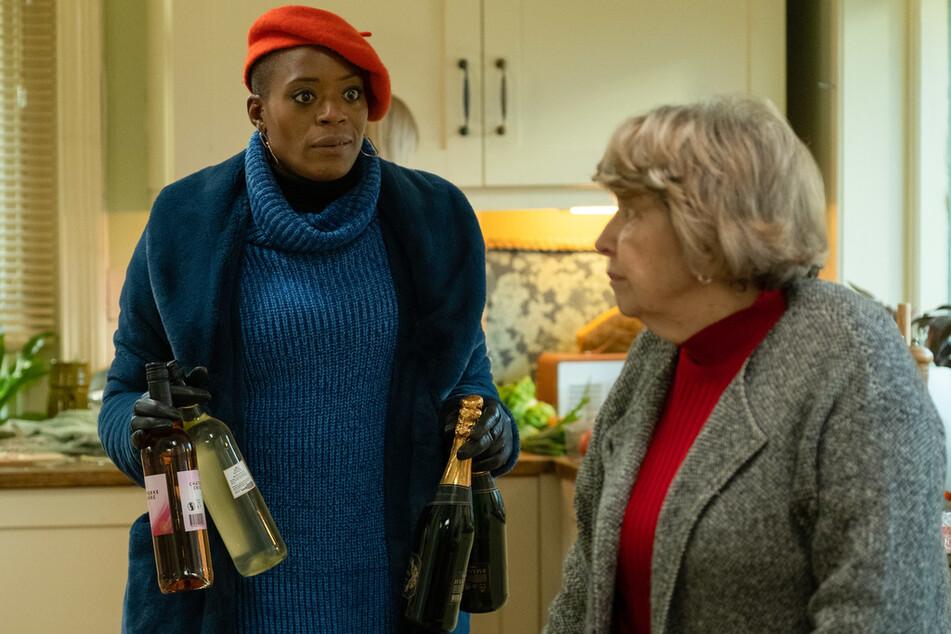 Celeste Bisme-Lyons (T'Nia Miller, l.) und ihre Schwiegermutter Muriel Deacon (Anne Reid, r.) verstehen sich nicht besonders gut - aber halten zusammen, wenn es nötig ist!