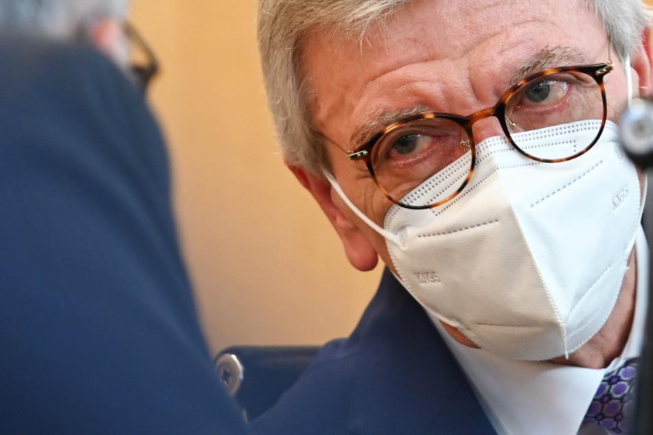 Das Foto vom Dienstag zeigt den hessischen Ministerpräsidenten Volker Bouffier (CDU, 68) mit einer Mund-Nase-Maske.