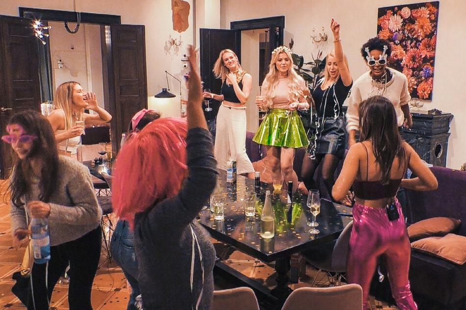 Die Ladys vertreiben sich mit einer Kostümparty die Zeit (v.l.n.r.) Esther, Kim-Denise, Kim Virginia, Denise und Debora.