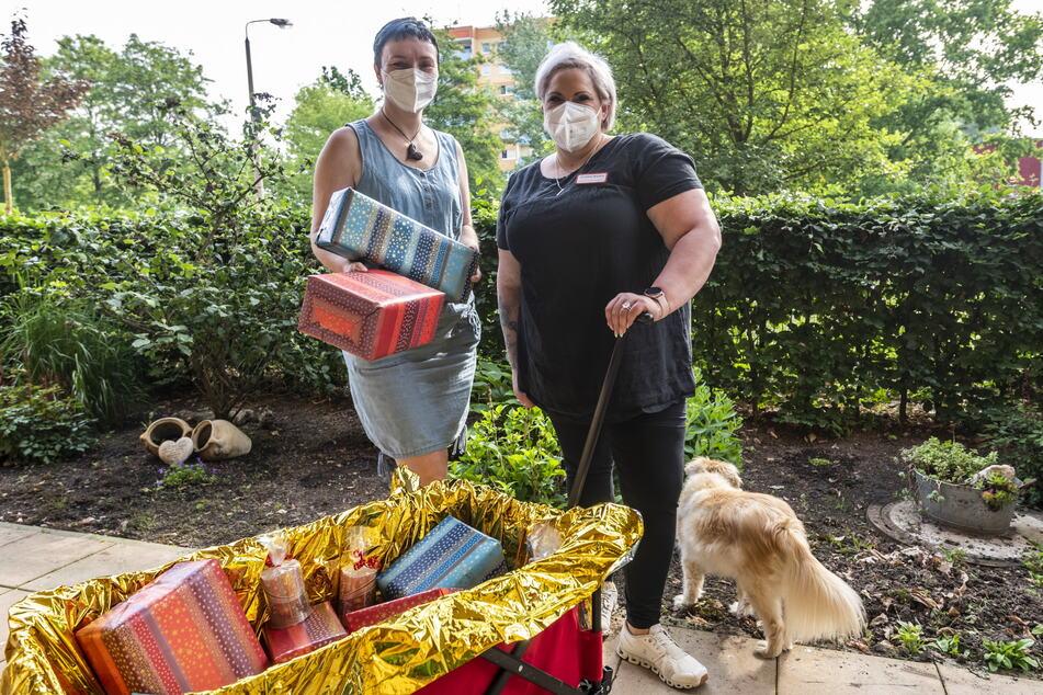 Heimleiterin Yvonne Kreißig (42) und Ergotherapeutin Christina Wieland haben schon die Geschenke für die Bescherung verpackt.
