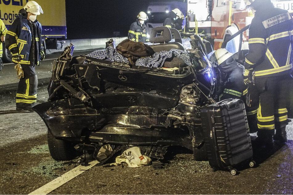 Die Feuerwehr musste das Dach des Mercedes entfernen, um den schwer verletzten Fahrer behutsam aus seinem Auto bergen zu können.