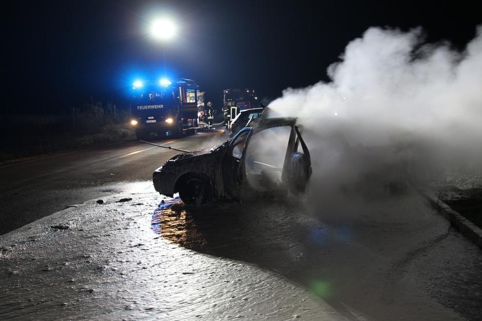 Auf einem Parkplatz im Landkreis Leipzig ist ein Auto in Brand gesteckt worden.