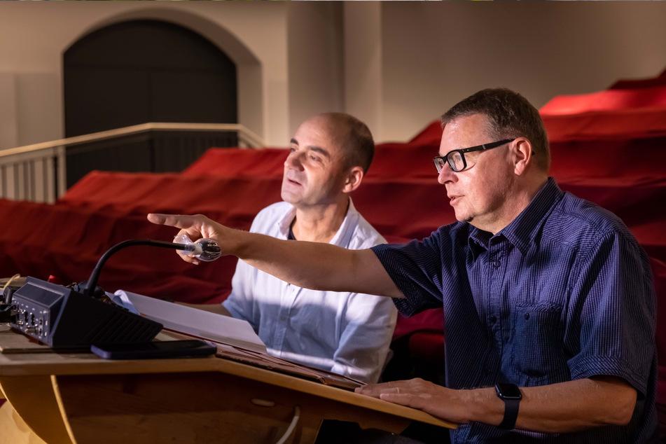 Musiktheaterdirektor Jürgen Pöckel (l.) und der Technische Direktor Silvio Gahs treffen am Regiepult letzte Absprachen für die Eröffnungsgala.