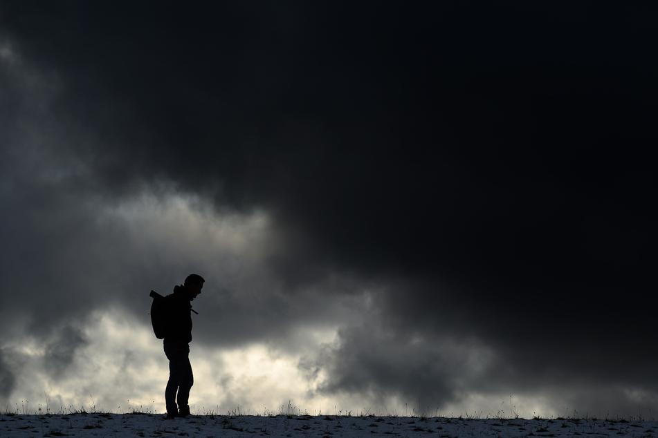 Ein Mann steht vor einem dunklen Himmel. Die Bundesbürger fühlen sich im Vergleich zur Bevölkerung anderer EU-Staaten stärker von Depressionen belastet. Das geht aus einem Teil der EU-Gesundheitsbefragung (Ehis) hervor, die das Robert Koch-Institut im November 2019 veröffentlichte.