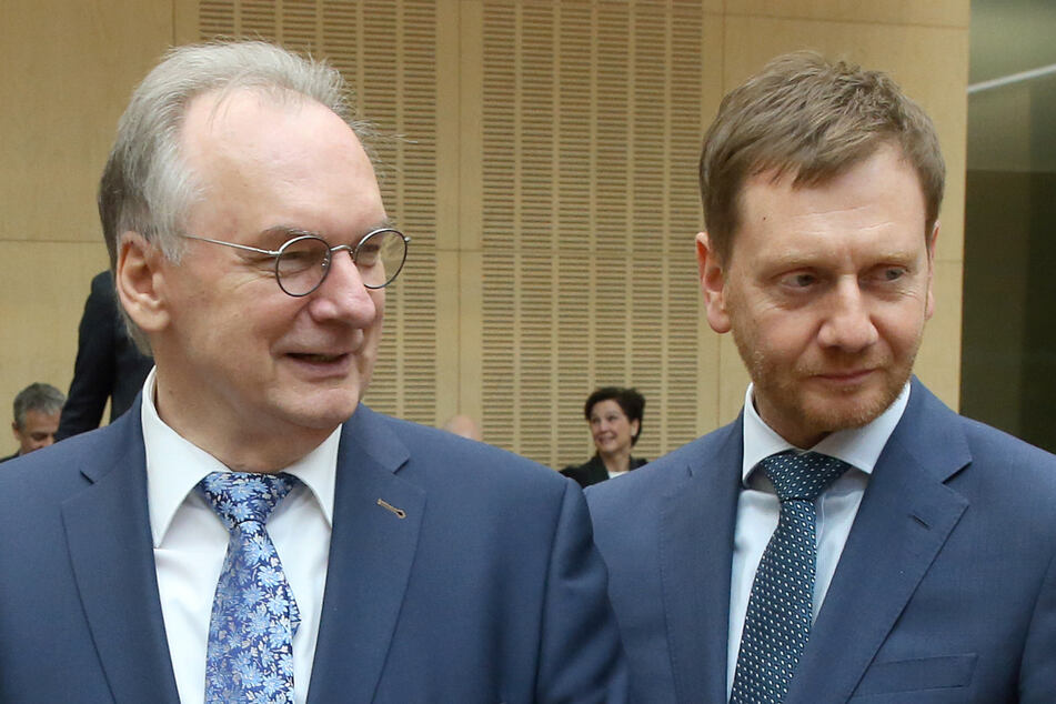 """Rainer Haseloff (67, l) Ministerpräsident in Sachsen-Anhalt, und Sachsens MP Michael Kretschmer (45, beide CDU) einigten sich auf einen """"nachbarschaftlichen Impftsoff-Deal"""" zwischen den beiden Bundesländern. (Archivbild)"""