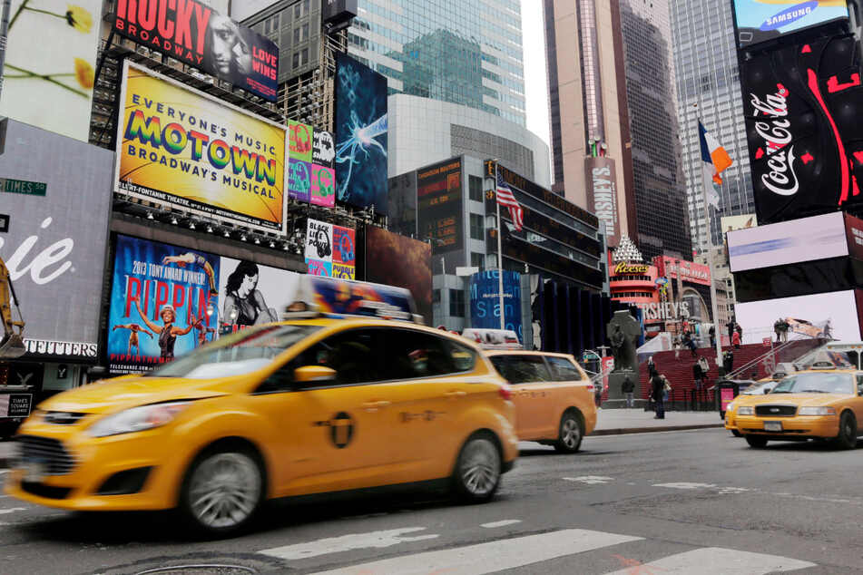New York City Taxis fahren durch den New Yorker Times Square. (Archiv)